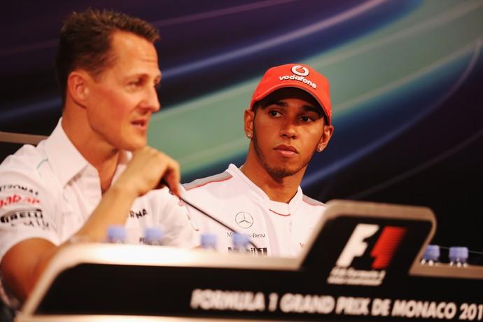 Lewis Hamilton observa Michael Schumacher em coletiva do GP de Mônaco de 2012 (Foto: Getty Images)