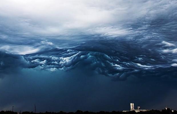 Nuvens do tipo Undulatus Asperatus, que fazem o céu parecer o mar cheio de ondas agitadas (Foto: Alex Schueth)