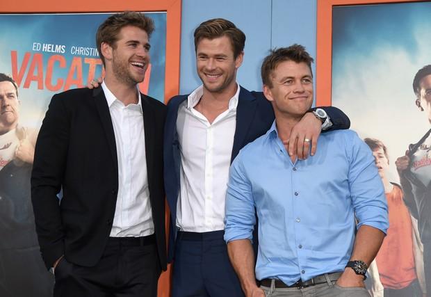 Os irmãos Liam Hemsworth, Chris Hemsworth e Luke Hemsworth em première de filme em Los Angeles, nos Estados Unidos (Foto: Kevin Winter/ Getty Images/ AFP)