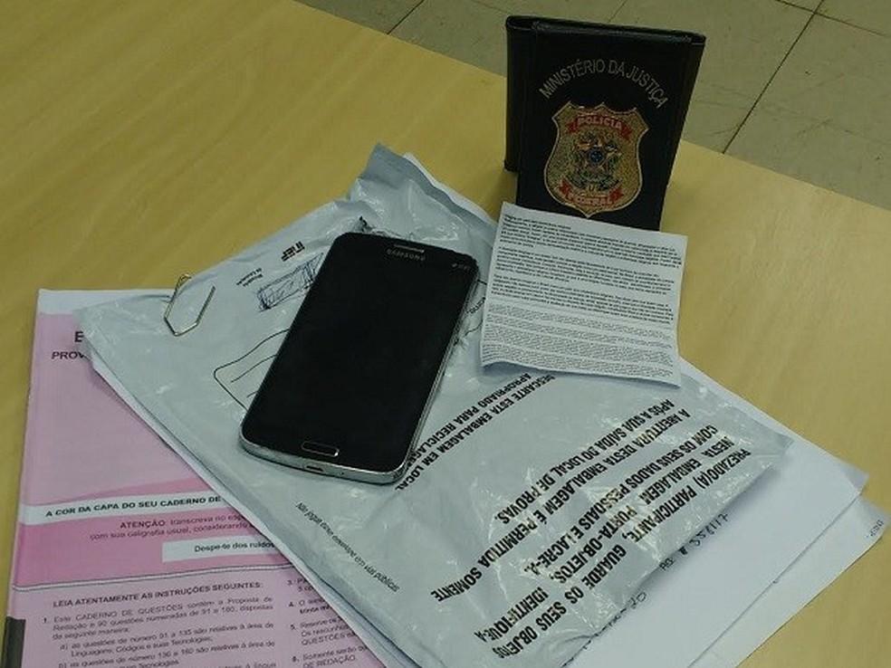 Prova de suspeito e texto com tema da redação foram apreendidos no segundo dia de provas (Foto: Divulgação/Polícia Federal)