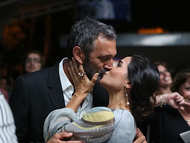 Domingos Montagner tasca um beijão na esposa (Foto: Isabella Pinheiro/Gshow)