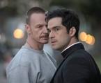 Ben Daniels e Alfonso Herrera em cena de 'O exorcista' | Reprodução