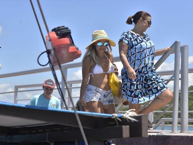 Turistas desembarcam para conhecer a Ilha dos Frades (Foto: Josemar Pereira/Ag Haack)