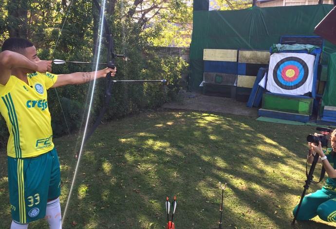 Gabriel Jesus aprendeu o tiro com arco (Foto: Guilherme Costa)