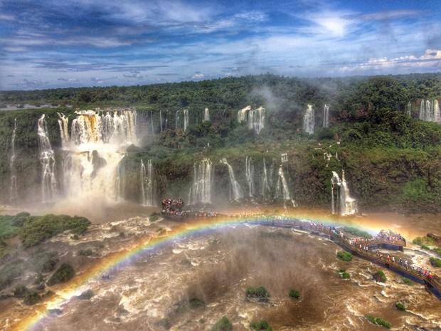Passarela que levam aos principais saltos das Cataratas do Iguaçu ficaram lotadas nos quatro dias de feriado de Carnaval (Foto: Willian Ronconi / RPC)