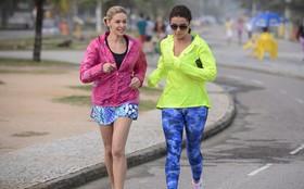 Clara e Silvia amigas? Giovanna Antonelli e Bianca Rinaldi gravam em praia