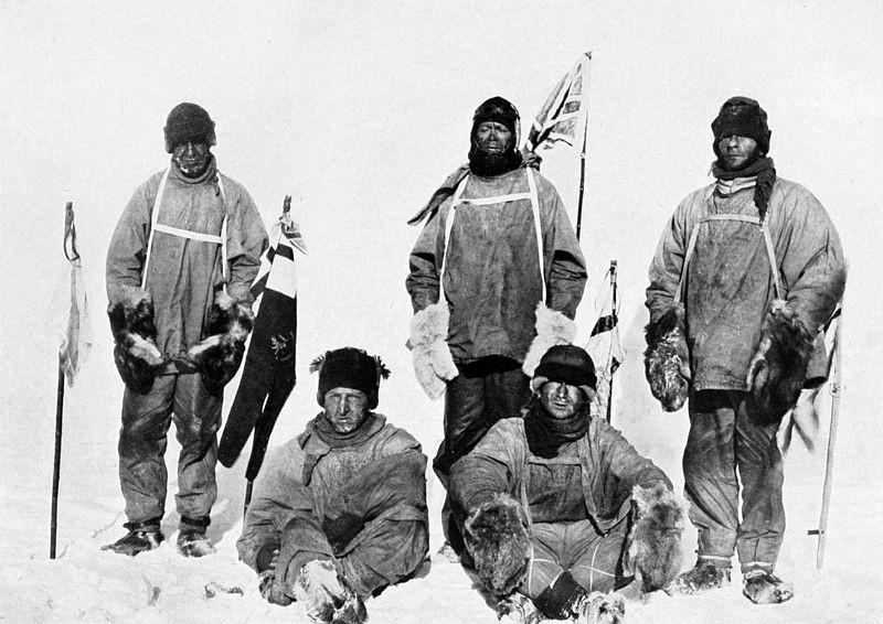 A expedição liderada por Scott (que é o que está em frente à bandeira), em 1912 (Foto: Wikimedia Commons)