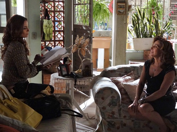 Helo lê o contratao na frente de Wanda (Foto: Salve Jorge/TV Globo)