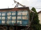 Caminhão com falha mecânica atinge poste e muro de casa de Herculândia