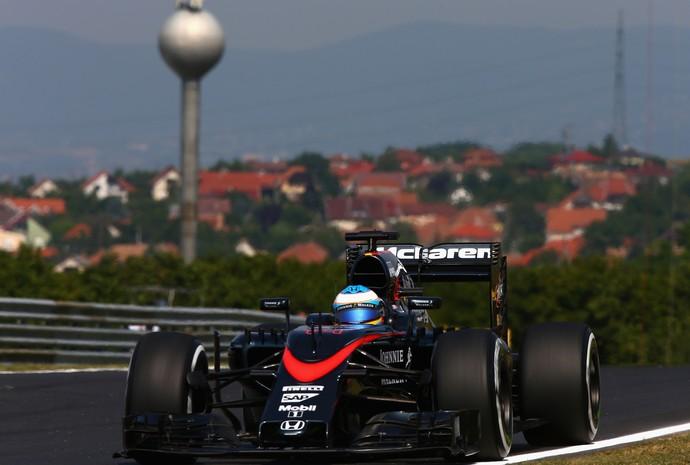 Fernando Alonso, da McLaren, em ação nos treinos livres para o GP da Hungria (Foto: Getty Images)