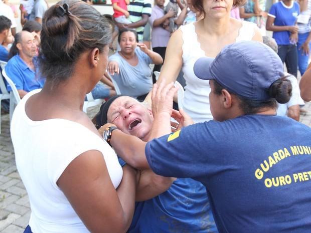 Desabrigados chegam a Arena Mariana, em Mariana Minas Gerais, atingida pela lama que vazou de uma mineradora com o rompimento da barragem (Foto: Márcio Fernandes/Estadão Conteúdo)