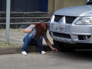 A garota fura o pneu do carro (Foto: Malhação / Tv Globo)