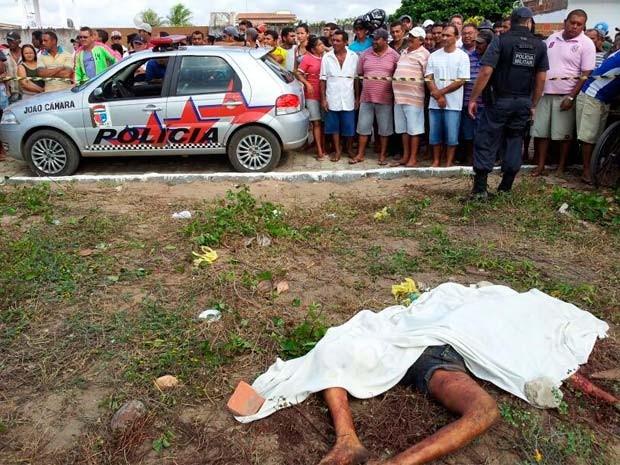 Corpo foi achado em terreno baldio (Foto: Henrique Dovalle, da Inter TV Cabugi)