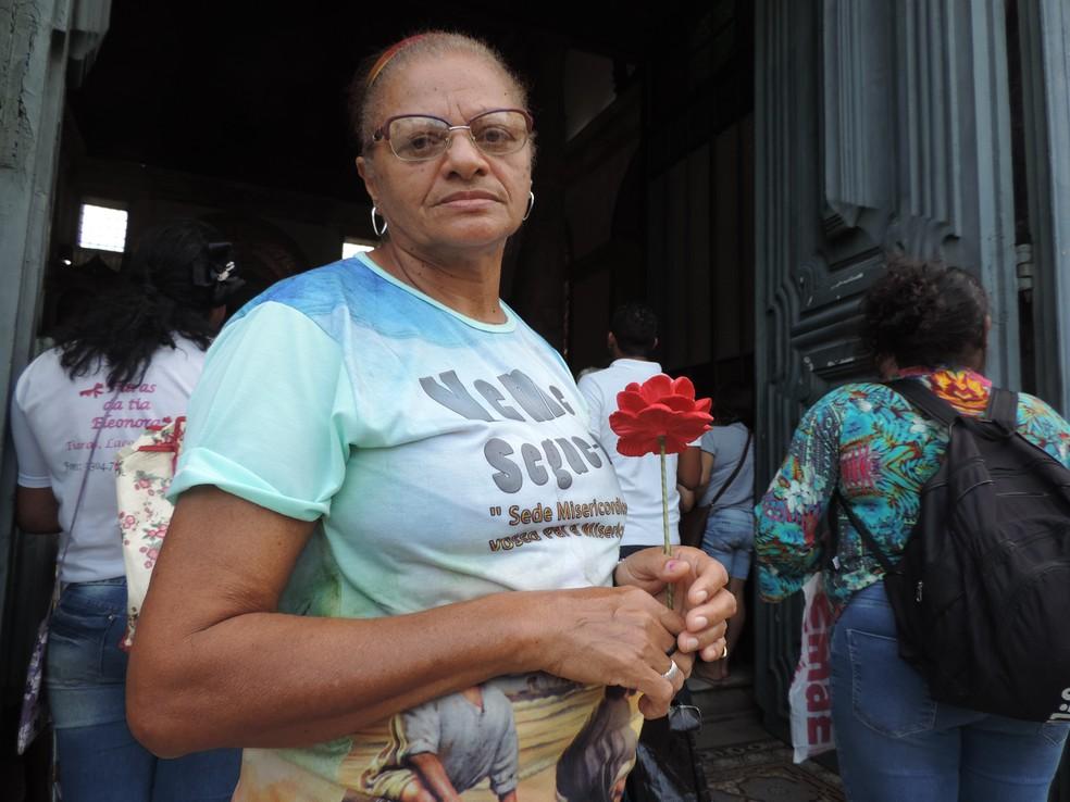 Maria do Carmo divide o mesmo nome da padroeira do Recife e renova a fé em Nossa Senhora (Foto: Marina Meireles/G1)