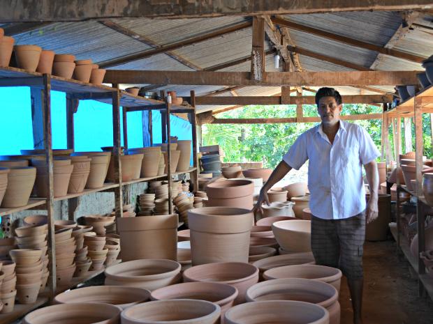 Produzem vasos, panelas, cuias a canecas e objetos de decoração (Foto: Fernanda Bonilha/G1)