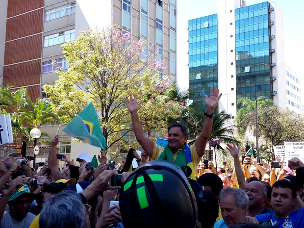 Aécio Neves é ovacionado por manifestantes durante protesto na Praça da Liberdade, em BH (Foto: Pedro Ângelo/ G1)