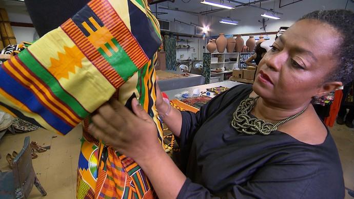 Designer Claudia Soares acredita na moda como reforço da cultura negra (Foto: TV Bahia)