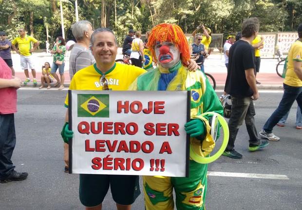 Palhaço Abobrinha - Ele e seu assessor, Adib Rachid não negam nenhum pedido para as fotos. (Foto: .)