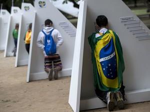 Peregrinos da Jornada Mundial da Juventude se confessam em confessionários colocados na Quinta da Boa Vista (Foto: Silvia Izquierdo/AP)