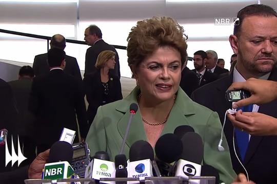 As faces de Dilma Rousseff: ruga entre as sobrancelhas mostram dificuldades; canto direito da boca elevado, desprezo; e olhar baixo, vergonha (Foto: Reprodução / YouTube)