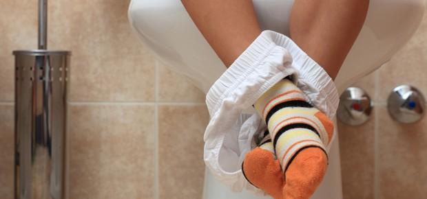 Criança com virose no banheiro (Foto: Shutterstock)