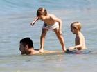 Fernanda Lima e Hilbert  fazem farra com os gêmeos na praia