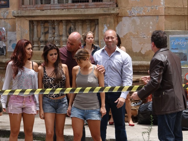 Russo finge ser tio das traficadas (Foto: Salve Jorge/TV Globo)