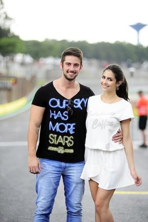 Casal de modelos posa para fotos em Interlagos (Foto: Marcos Ribolli)