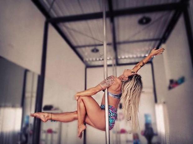 Vanessa Mesquita fazendo pole dance (Foto: Reprodução/Instagram)