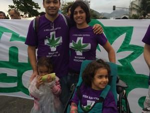 Sofia (no carrinho) sofre de epilepsia e precisa do extrato da erva para o seu tratamento (Foto: Fernanda Rouvenat / G1)