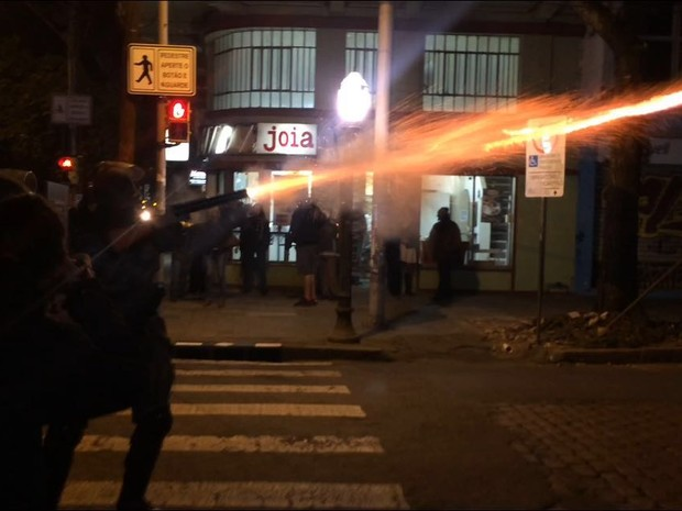 Em dois locais diferentes, BM arremessou bombas de gás lacrimogêneo (Foto: Fábio Almeida/RBS TV)
