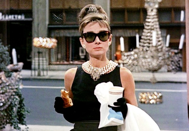 A atriz Audrey Hepburn interpreta Holly Golightly no filme Bonequinha de Luxo (Breakfast at Tiffany´s) (Foto: Reprodução/Metro Golden-Mayer)