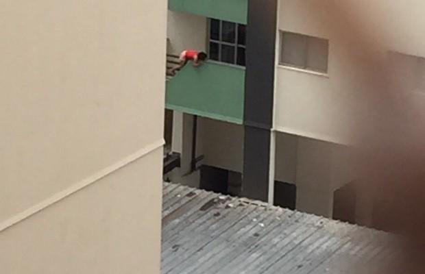 Criança é flagrada pendurada na sacada de apartamento em Goiânia, Goiás (Foto: Reprodução/TV Anhanguera)
