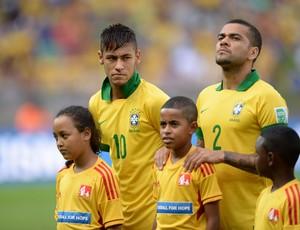 Neymar e Daniel Alves hino nacional, Brasil x Uruguai (Foto: Marcos Ribolli)