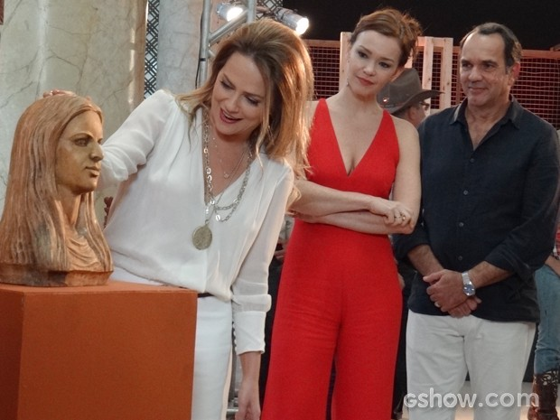 Helena ainda tem que ver toda a provocação da riva. É mole? (Foto: Em Família/TV Globo)