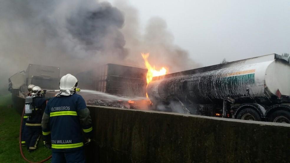 Bombeiros trabalham para conter incêndio em caminhão (Foto: Rodrigo Brito/RPC)