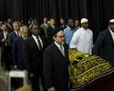 Multidão se despede de Muhammad  Ali em funeral muçulmano nos EUA