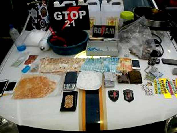Drogas e dinheiro apreendidos em casa de suspeito de tráfico em Águas Claras, no DF (Foto: Polícia Militar/Divulgação)