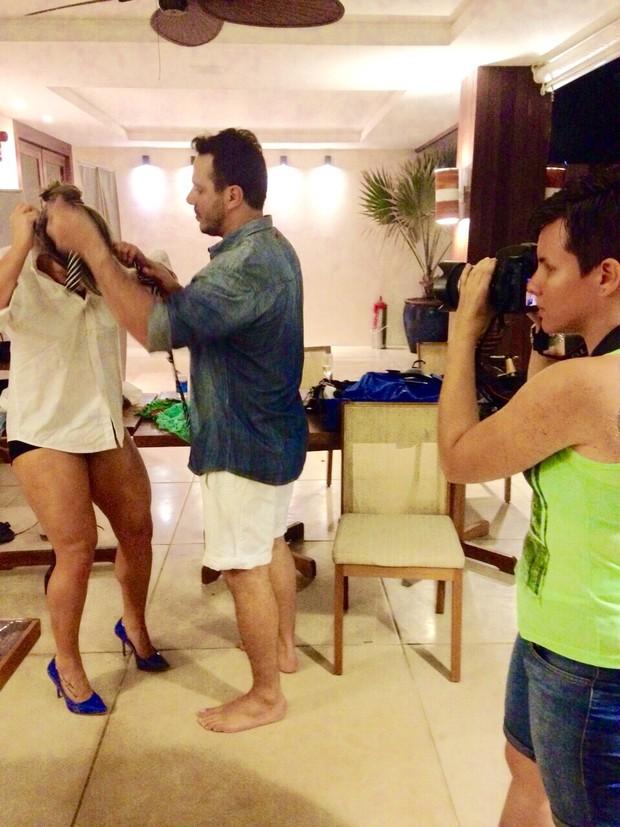 Fani nos bastidores do ensaio com o namorado (Foto: Brina de Matteo)