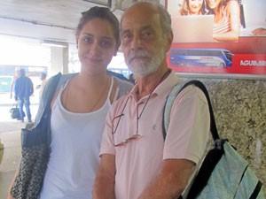 Alberto e a neta, Marina, desistiram de viajar de ônibus para São José dos Campos (SP) (Foto: Guilherme Ribeiro/G1)