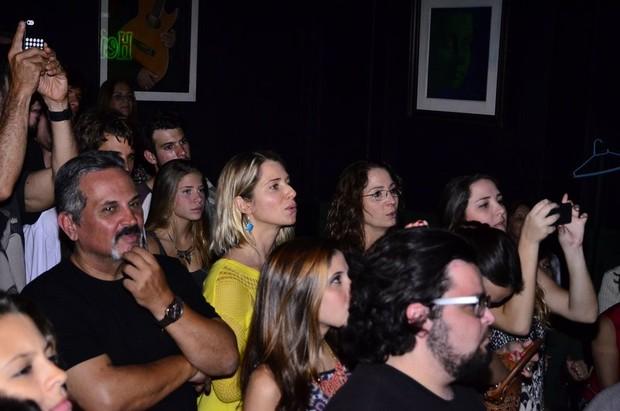 Letícia Spiller na plateia durante o show do folho Pedro Novaes (Foto: Henrique Oliveira/Ag News)