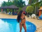 Aline Riscado posa à beira da piscina e mostra corpo em forma