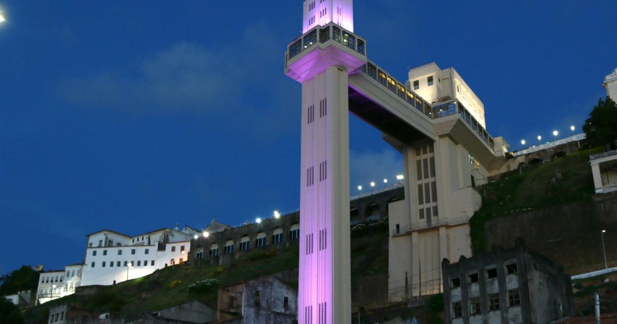 Elevador Lacerda é iluminado de roxo para conscientização sobre epilepsia em Bahia