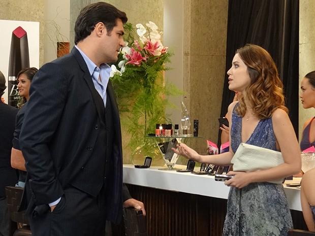 Marcos vai atrás de Laura para falar sobre o casamento com Sueli (Foto: Gabriela Duarte/Gshow)