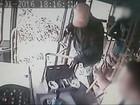 Trio armado assalta ônibus em Bragança Paulista; assista vídeo