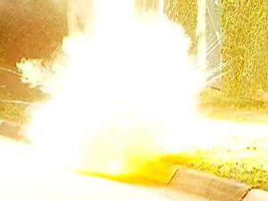 Fio explodiu em via da Zona Sul (Foto: Reprodução/TV Globo)