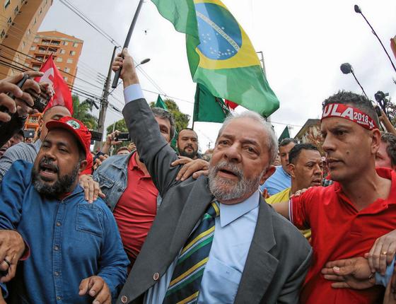O presidente Lula entre apoiadores (Foto:  RICARDO STUCKERT/AFP)