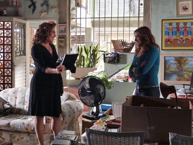Wanda faz a fofa com Lucimar e consegue informações sobre família (Foto: Salve Jorge/TV Globo)