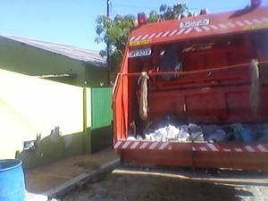 Caminhão estava estacionado na frente de posto de saúde (Foto: Reprodução/ Arquivo Sergio Carvalho)