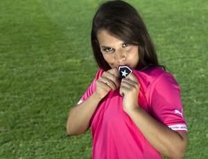 Gandula Fernanda Maia com a camisa rosa do Botafogo (Foto: Divulgação / Puma)